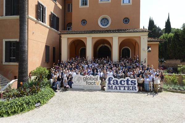 6월20일까지 이탈리아 로마 세인트스테판스쿨에서 열린 제5회 글로벌 팩트체크 서밋(Global Fact V) 행사 참가자들이 기념촬영을 하고 있다. 이번 행사에는 전세계 55개국에서 220여 명의 팩트체커와 연구자들이 참가했다. (사진제공: IFCN/포인터재단)