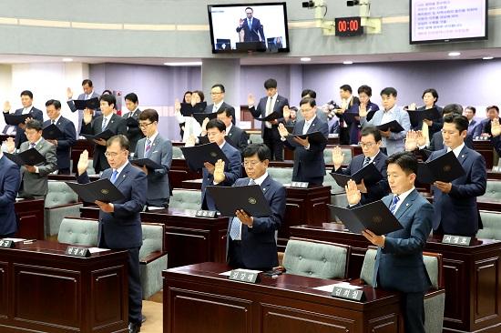 인천시의회 8대 인천시의회는 오후 2시 본회의장에서 의원 선서를 하고 개원식을 개최했다.