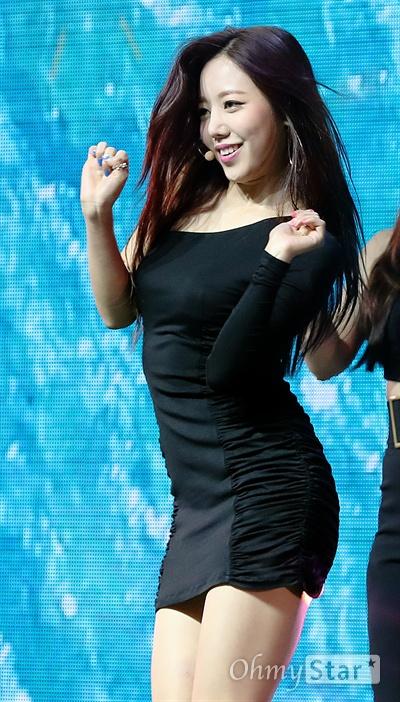 '에이핑크' 김남주, 더 예뻐졌네 걸그룹 에이핑크의 김남주가 2일 오후 서울 광장동의 한 공연장에서 열린 미니 7집 앨범 < ONE&SIX > 쇼케이스에서 신곡 '1도 없어'와 'ALRIGHT'을 열창하며 화려한 퍼포먼스를 선보이고 있다. 새앨범 < ONE&SIX >는 하나가 되어있는 '팬들(ONE)'과 여섯 명의 '에이핑크(SIX)'가 함께하는 '7주년(ONE+SIX)'이라는 의미를 표현하고 있다.