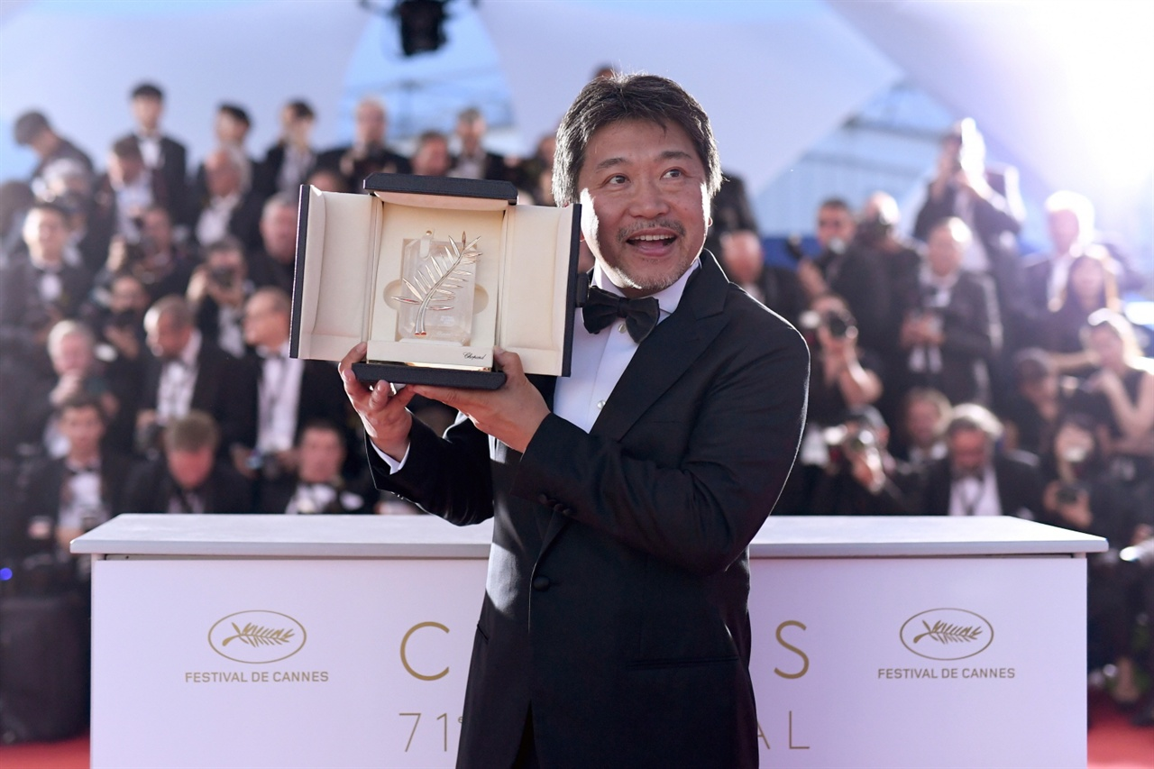 제71회 칸 국제영화제에서 황금종려상을 수상한 고레에다 히로카즈 감독.