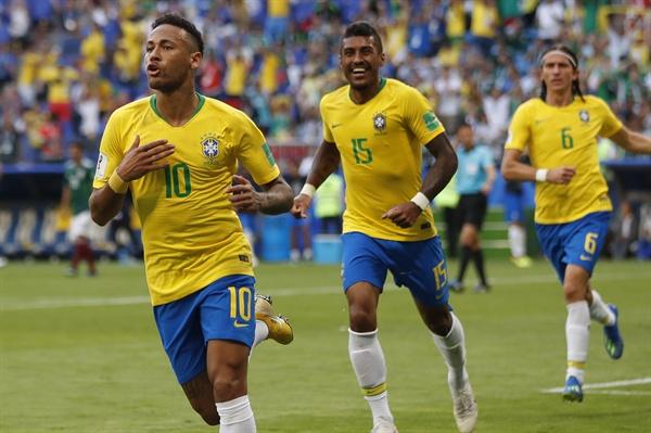 2018년 7월 2일 오후 11시(한국시간) 러시아월드컵 브라질과 멕시코의 16강 경기. 브라질의 네이마르(왼쪽)가 득점 후 팀 동료들과 기뻐하고 있다.