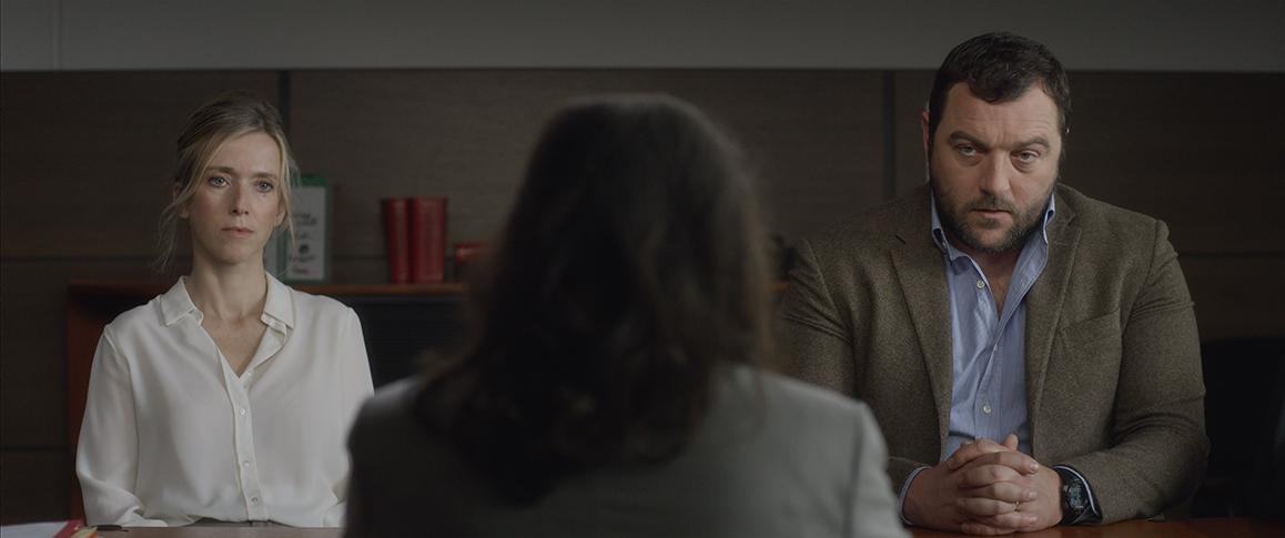 영화 <아직 끝나지 않았다>의 한 장면. 가정법원에서 만난 미리암(레아 드루케)과 앙투안(데니스 메노체트)은 아들 줄리앙을 만나는 문제로 첨예하게 대립한다.