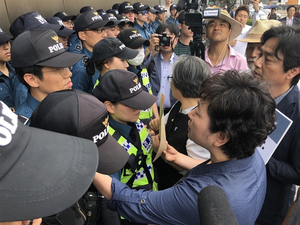 기자회견을 마치고 항의서한을 전달하기 의해 일본 대사관으로 들어가려하자. 경찰들이 입구를 봉쇄하고 있다.