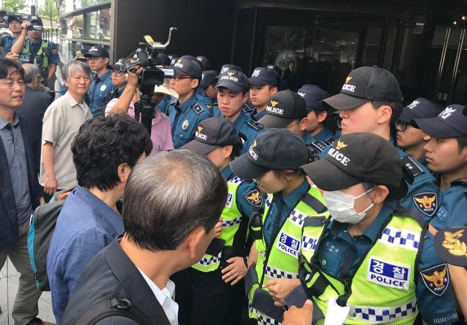 일본정부의 고베조선고급학교 수학여행물품 압수에 따른 규탄 기자회견 직후 일본대사관에 항의 서한을 전달하려던 시민사회단체 관계자들을 경찰이 막아섰다.
