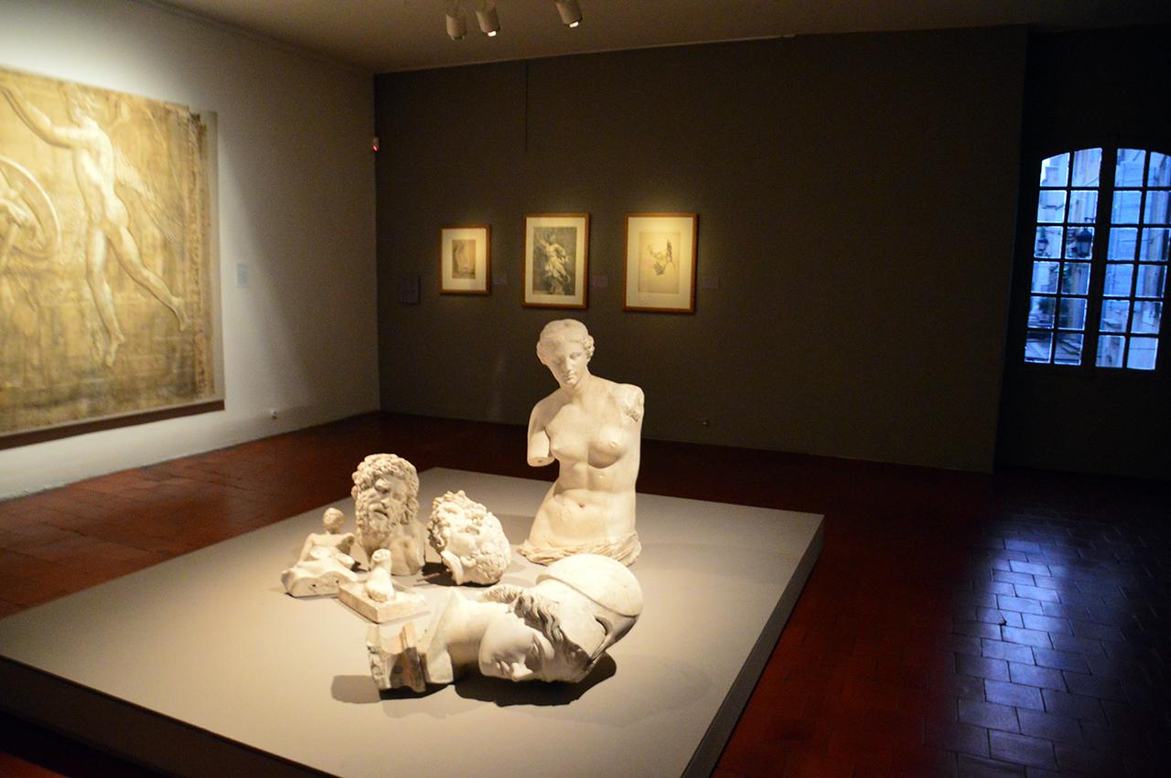 레아튀 미술관 전시실. 다양한 조각 작품과 아를 출신 화가들의 작품이 전시되어 있다.