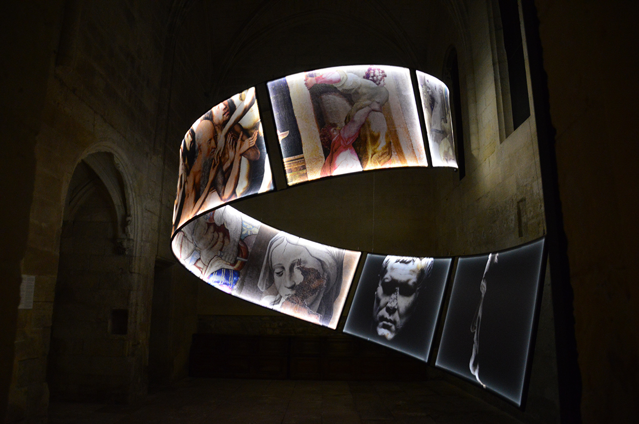 레아튀 미술관.  현대적이고 도발적인 작품들은 보는 이들에게 정신을 차리지 못하게 한다.