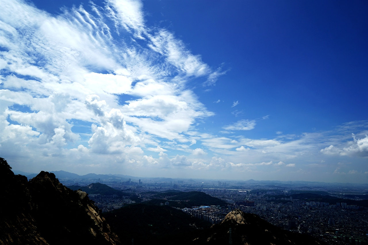 북한산 향로봉을 우회하며 바라본 서울 하늘