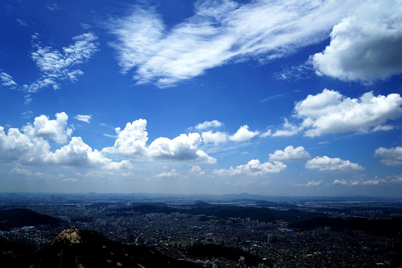 북한산에서 바라본 서울 하늘