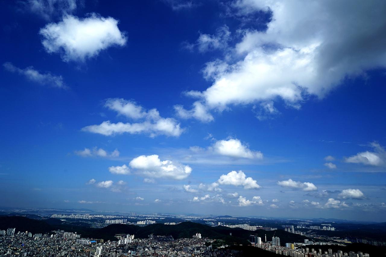 족두리봉을 오르며 바라본 서울 하늘