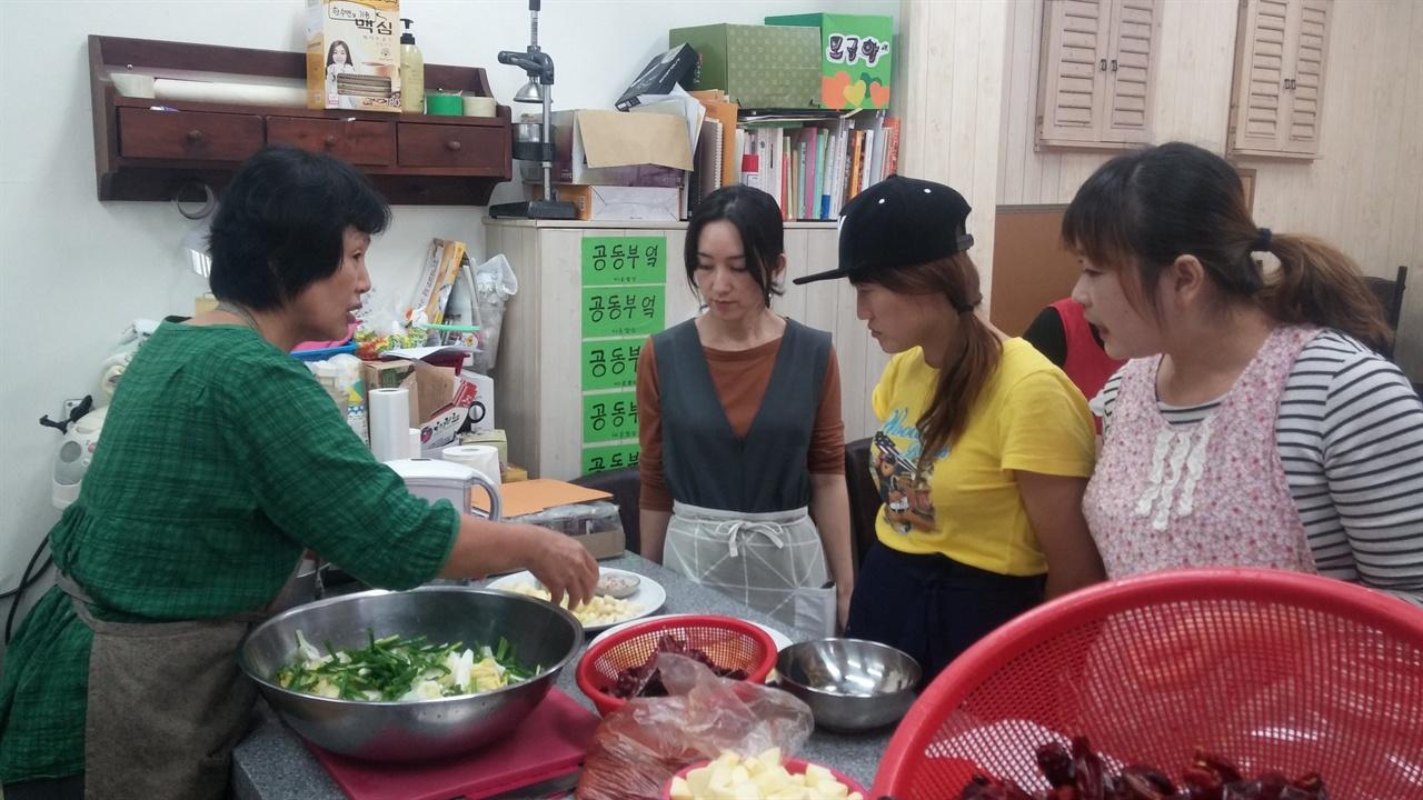 다문화 가정주부들과 김치만들기 지역 다문화 주부들과 함께 만드는 김치 만들기 과정