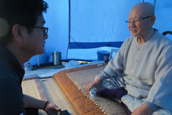 단식농성 천막에서 인터뷰에 응하고 있는 설조스님.
