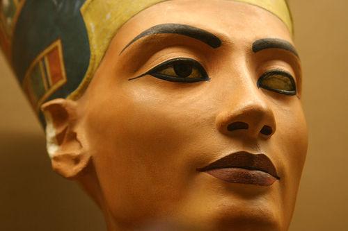 저자에 따르면 네페르티티는 불멸을 도모하는 네 가지 방법을 모두 사용했다. 그녀는 과연 불멸을 얻었나?