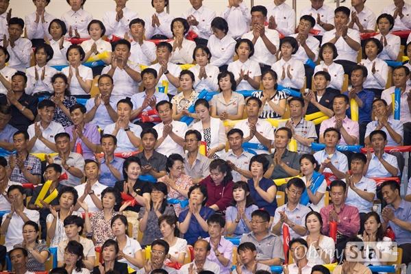 4일 오후 평양 류경정주영체육관에서 개최된 남북통일농구경기에서 평양 주민들이 남북 여자 선수들의 혼합팀인 '평화'팀과 '번영'팀의 경기를 관람하고 있다.