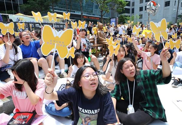 수요시위 참가한 여중생들 4일 오후 서울 종로구 중학동 옛 일본대사관 터 앞에서 열린 제1342차 일본군성노예제 문제 해결을 위한 정기 수요시위에서 소명중학교 학생들이 일본 정부의 사과와 배상을 요구하며 구호를 외치고 있다.
