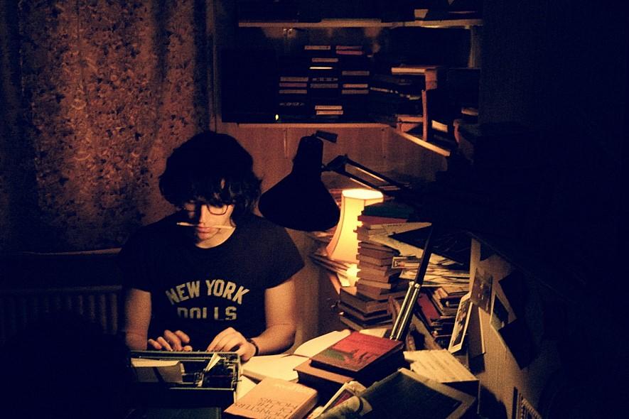 '해 저무는 나라의 계관시인'이라는 칭호의 모리세이의 유년기는 수많은 책과 음반, 글로 채워졌다.