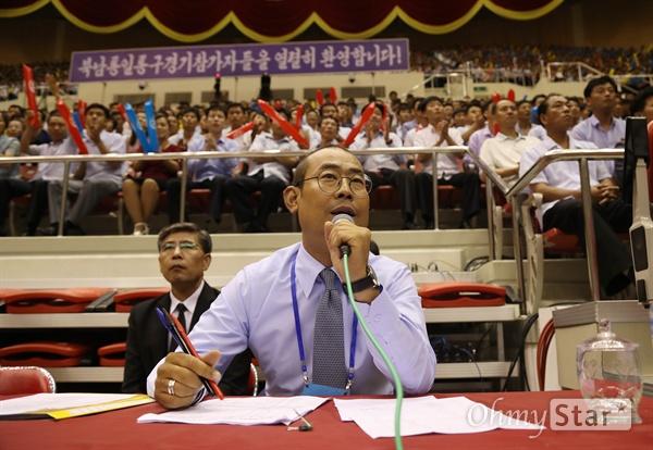 박종민 장내 아나운서가 4일 오후 평양 류경정주영체육관에서 개최된 남북통일농구경기의 장내방송을 진행하고 있다.