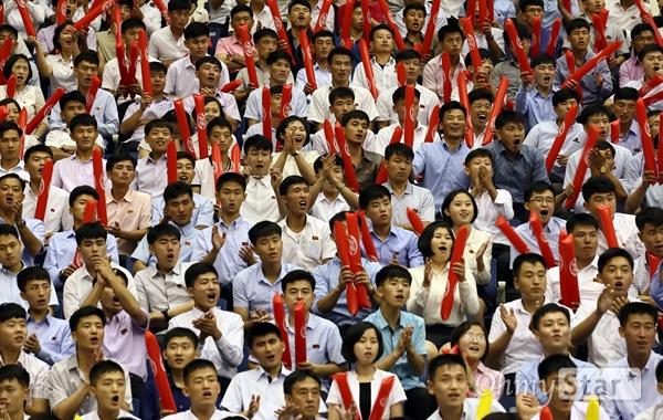 5일 오후 평양 류경정주영체육관에서 열린 남북통일농구경기에서 청팀(남), 홍팀(북) 여자경기가 열리고 있다. 경기장을 찾은 평양 시민들이 선수들을 응원하고 있다.