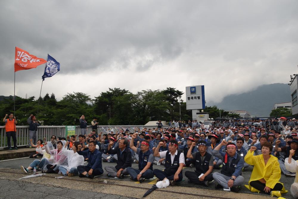 """""""한국지엠은 법을 지켜라"""" 금속노조 경남지부가 불법파견 시정명령 이행을 촉구하는 결의대회를 개최했다."""