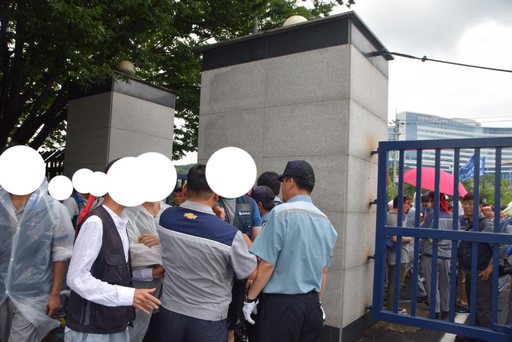노동자 면담요구를 수용하라 결의대회 참석한 노동자들이 항의서한을 전달하기 위해 공장 내로 들어섰다.