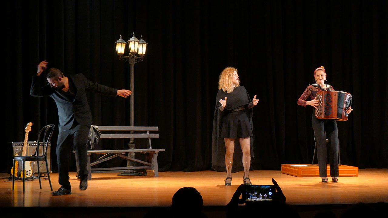 뮤지컬 <아이러브피아프> 커튼콜 장면. 좌측부터 미카엘 므시이(Michael MSIHID), 캐롤린 로즈(Caroline ROSE), 메릴 아바스(Maryll ABBAS)