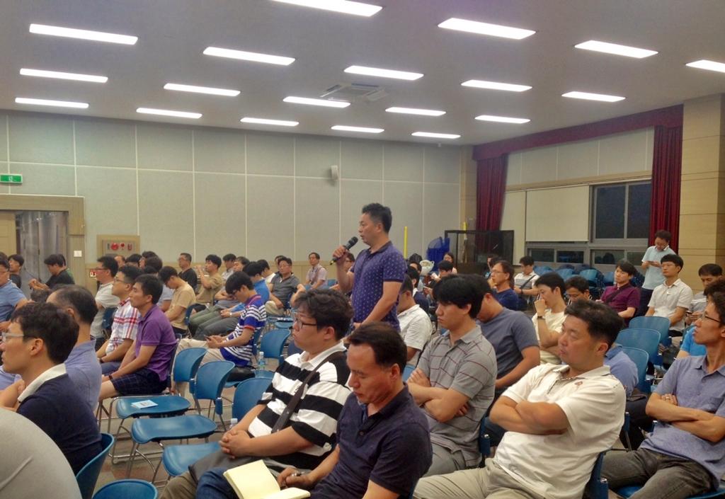 질문하는 HPPK 노동자 노동 조합으로 강해지길 바라는 사원들이 임원들에게 그 방향을 물었다.