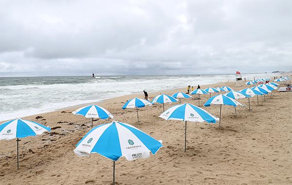 6일 강릉경포해수욕장 개장식 날 해변에는 강풍과 비바람으로 인해 파라솔만 덩그러니 남아있다.