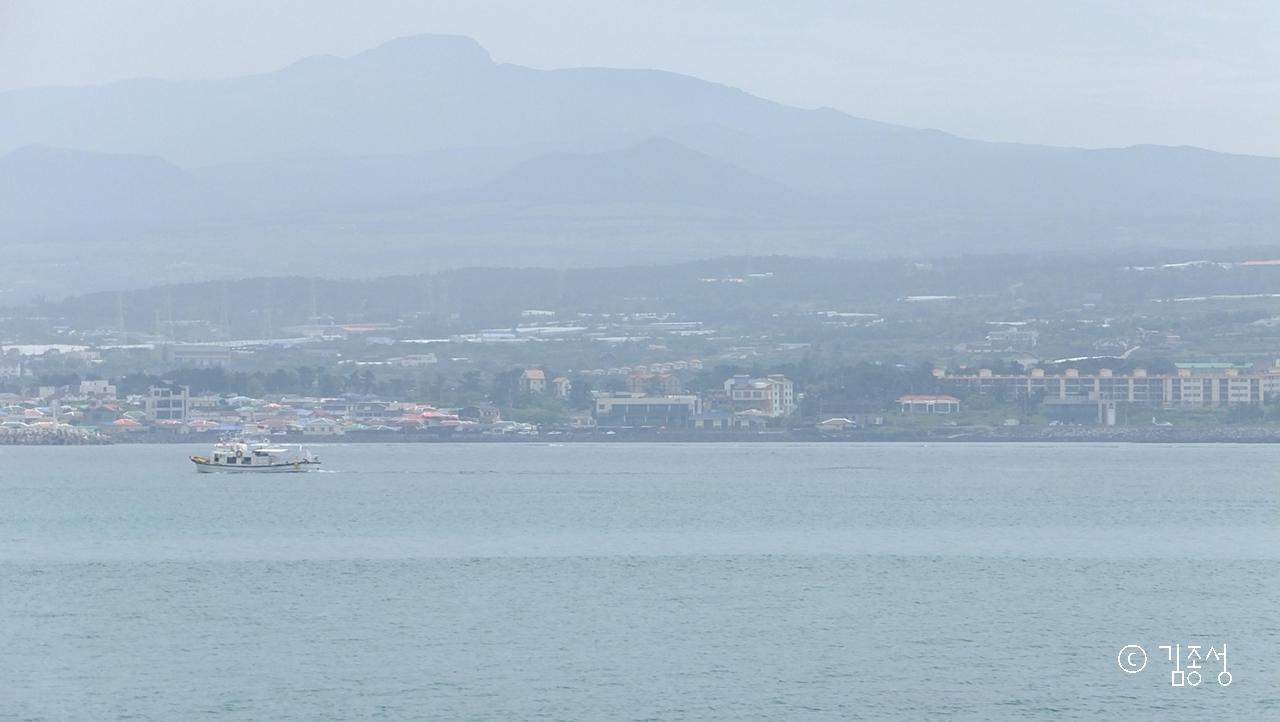비양도 해안길에서 보는 제주와 한라산.