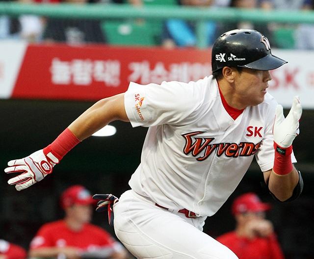 6일 경기에서 SK 입단 후 첫 홈런포를 신고한 윤정우