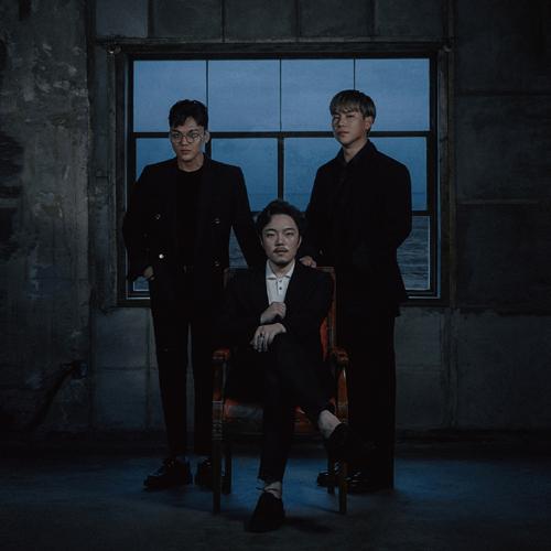 신곡 `기적`이 수록된 그룹 장덕철의 음반 < Group > 표지