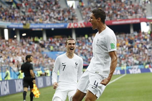2018년 7월 6일 오후 11시(한국시간) 열린 러시아 월드컵 프랑스와 우루과이의 8강 경기. 프랑스의 라파엘 바란이 득점 후 동료 앙투안 그리즈만과 기뻐하고 있다.