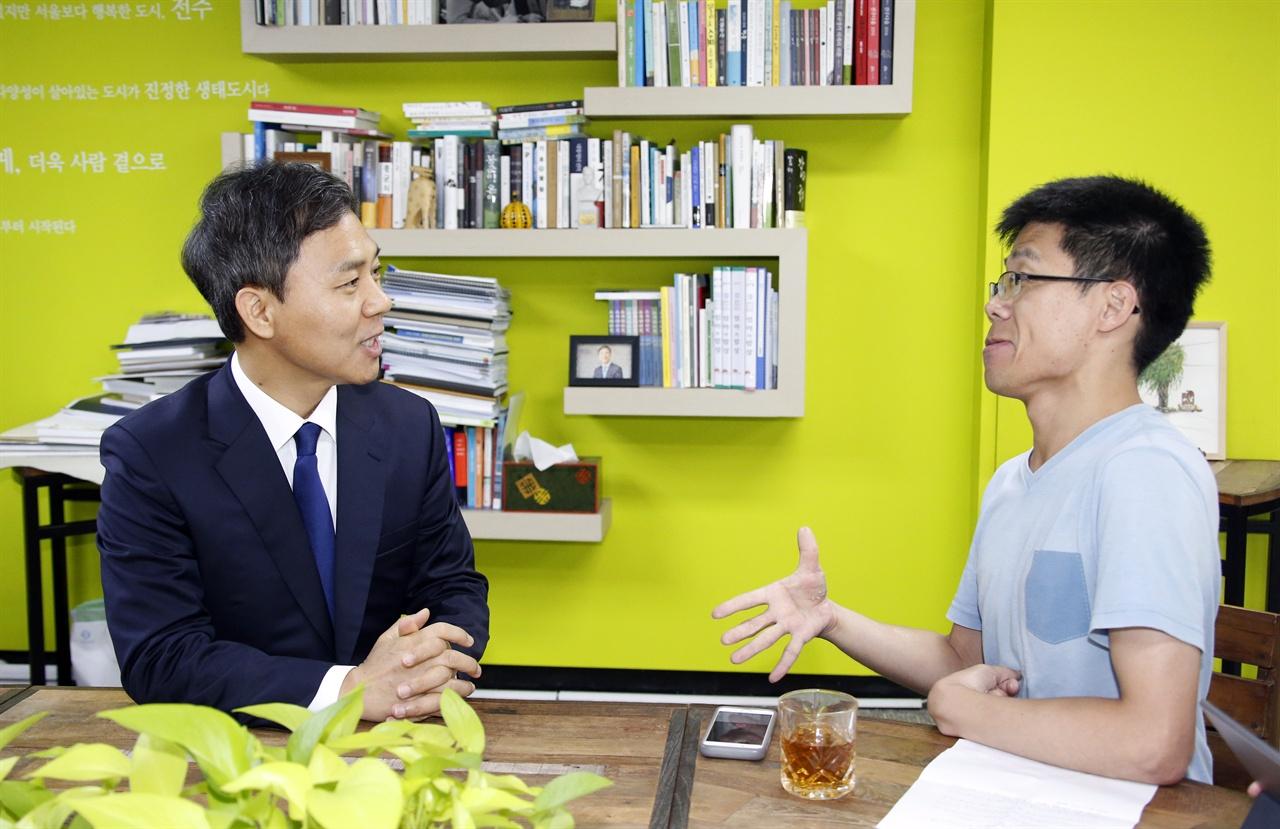 김승수 전주시장이 <오마이뉴스>와 인터뷰를 하고 있다.