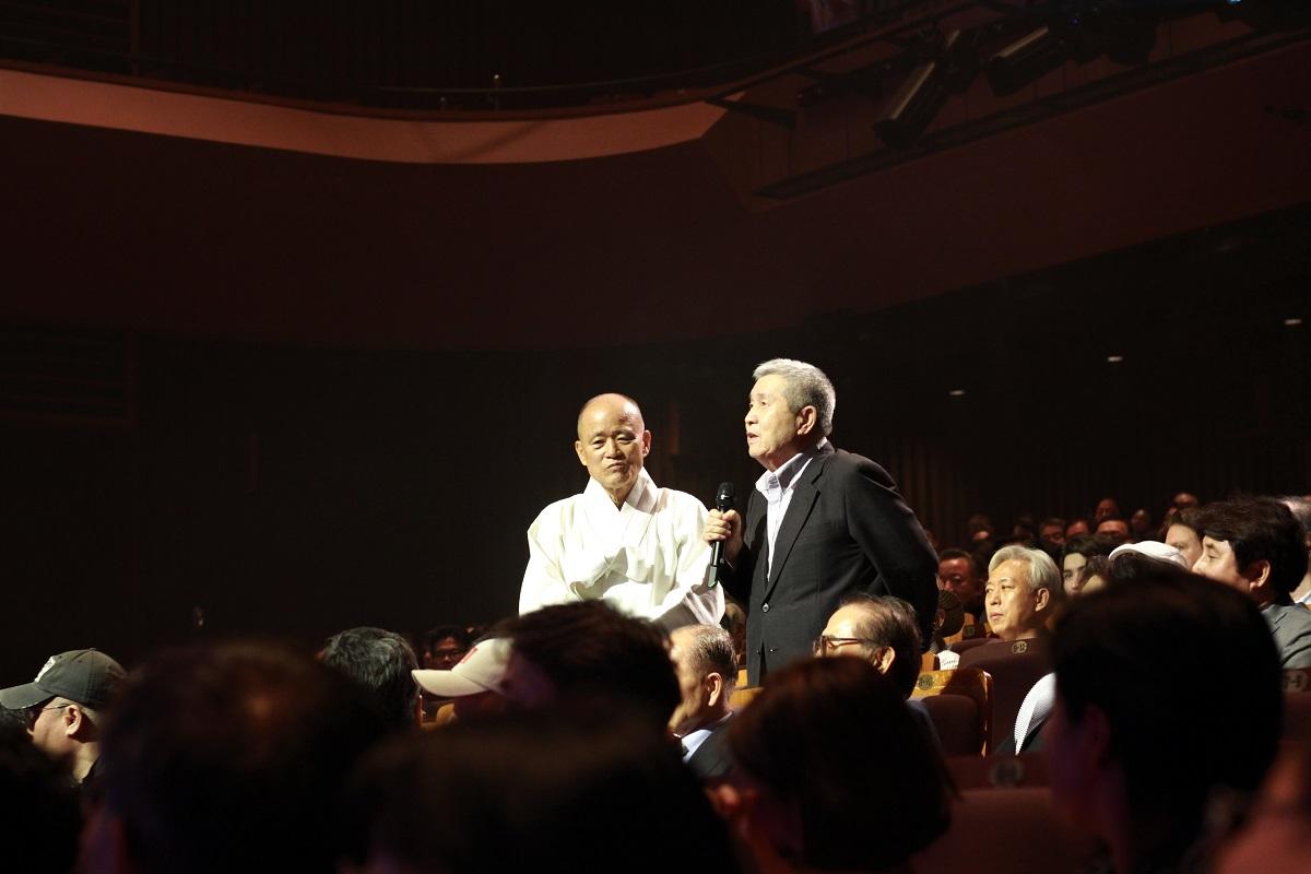 1988년 <손에 손잡고>를 연출한 임권택 감독과 나레이션으로 참여한 도올 김용옥 선생