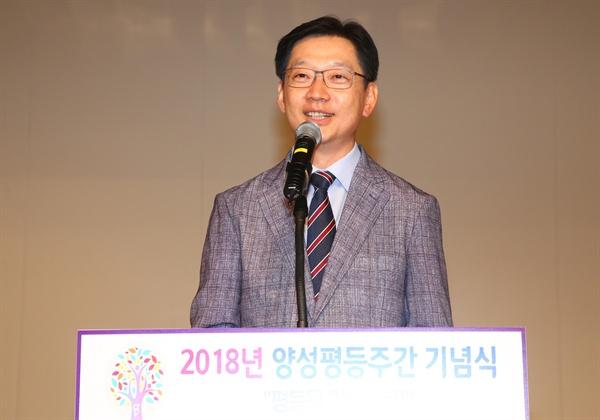 경남도청 강당에서 7월 6일 열린 '양성평등주간 기념식'에서 김경수 도지사가 인사말을 하고 있다.