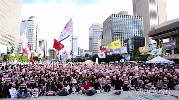 '낙태죄 폐지' 위해 모인 사람들 7일 오후 5시께, 서울 광화문 광장에 낙태죄 위헌·폐지 촉구 퍼레이드 '낙태죄, 여기서 끝내자!'에 참여하기 위해 많은 사람이 몰렸다. 이들은 헌법재판소를 향해 낙태죄 위헌 판결을 요구하며 한목소리로 여성의 자기결정권 쟁취를 결의했다.