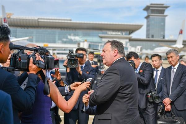 7일 오후 평양 순안공항에서 비행기를 타기 직전 취재진의 질문에 답하고 있는 폼페이오 미국 국무부장관.