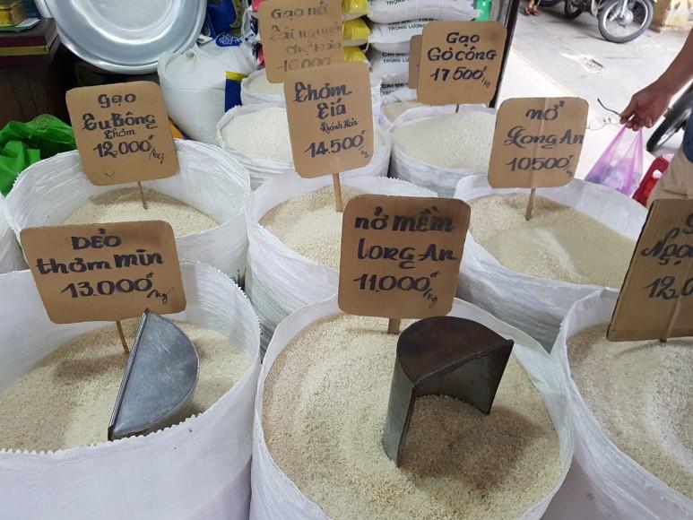 쌀 1킬로그램에 베트남 돈으로 1만1천동에서 1만7천동 정도 합니다. 우리나라는 쌀 1킬로그램에 2천원 정도 합니다.