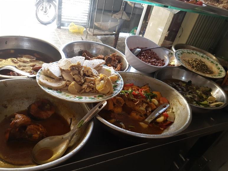 베트남 달랏대학교 근처 식당의 점심 반찬들. 손님이 선택한 반찬을 접시에 담은 밥 위에 얹어줍니다.
