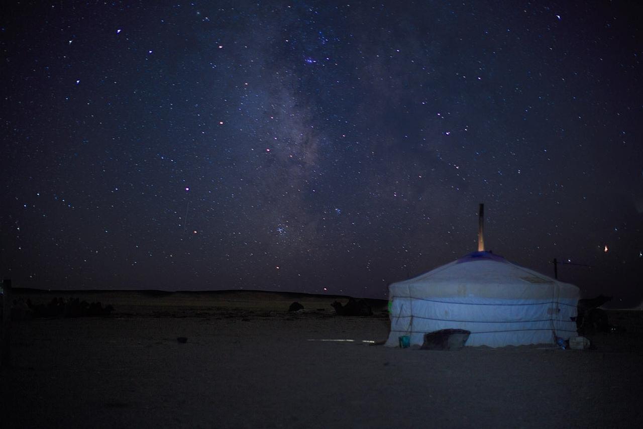 고비 사막과 몽골 유목민의 집 '게르'.