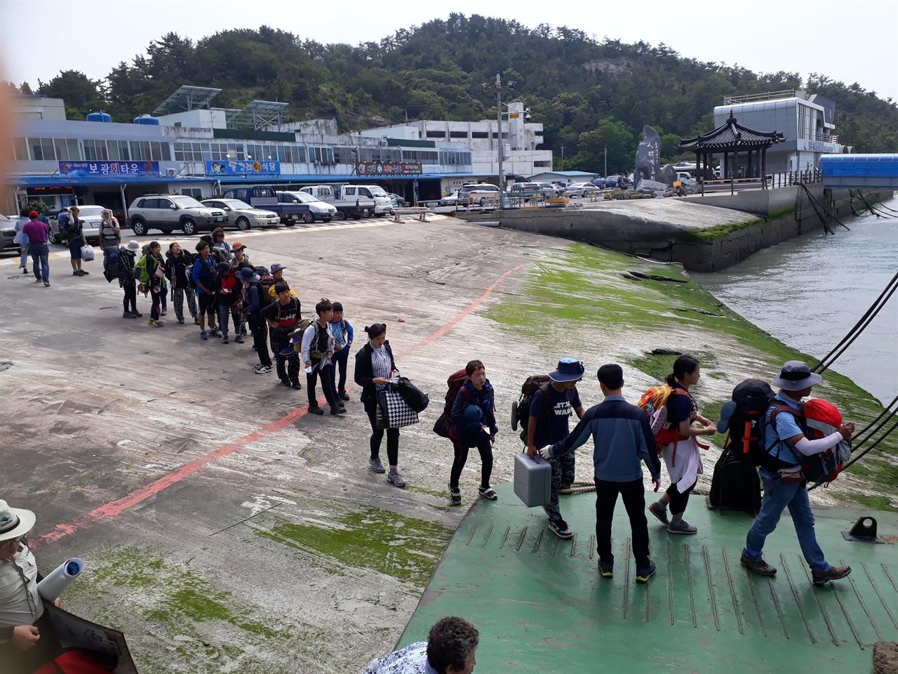 도초도항에서 우이도로 가는 여객선으로 올라가는 학생들  흑산도 순례를 마치고 도초도로 건너와서 이제 우이도로 간다.