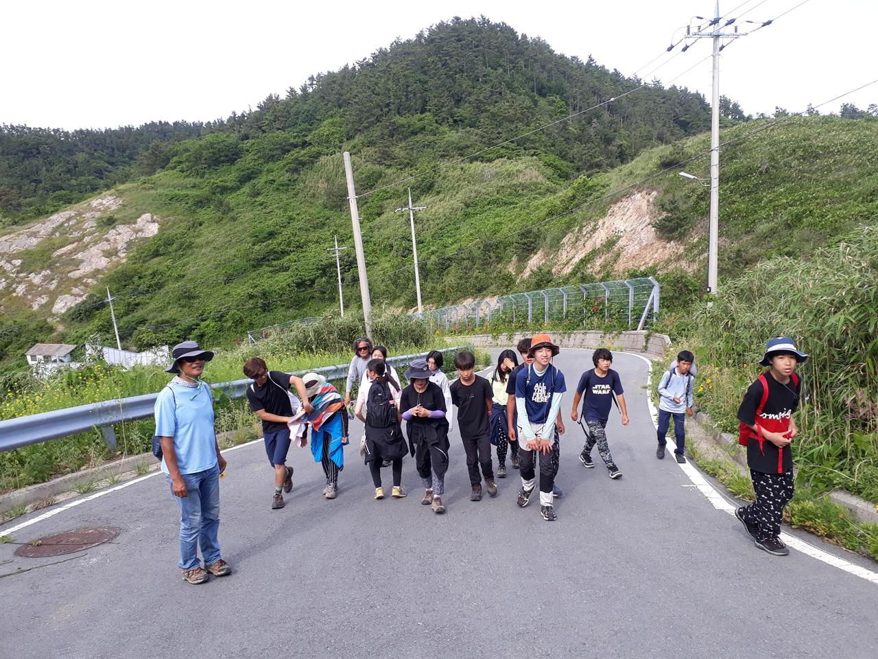 흑산면 대둔도 수리마을  아무도 찾지 않은 대둔도 수리 마을, 민권 운동가 김이수 선생의 마을을 둘러보고 오리 마을로 가고 있는 학생들