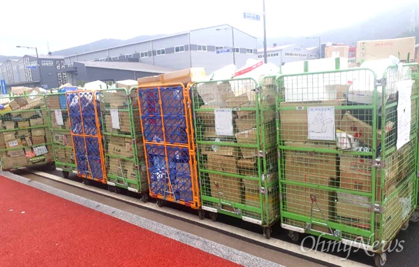 씨제이대한통운의 한 터미널에 물품이 제때 배송되지 못하면서 쌓여 있다.