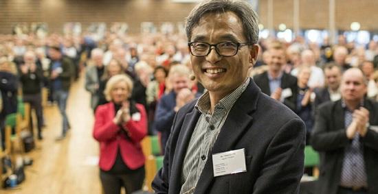 덴마크 에프터스콜레연합 총회에서 '꿈틀리 인생학교' 사례 소개를 마친 뒤 기립박수를 받고 있는 오 대표.