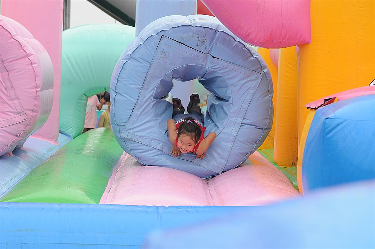 머드패밀리존 아이가 들어가서 신나게 노는 공간. 보호자인 어른이 같이 들어갈 수 있다.