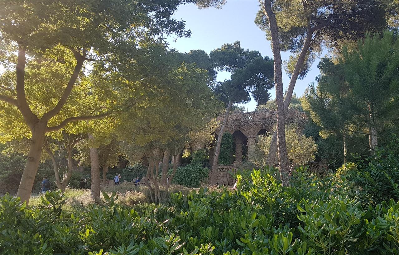 지중해 푸른 초목과 조화를 이루고 있는 천재 건축가 가우디가 남긴 구엘공원입니다.