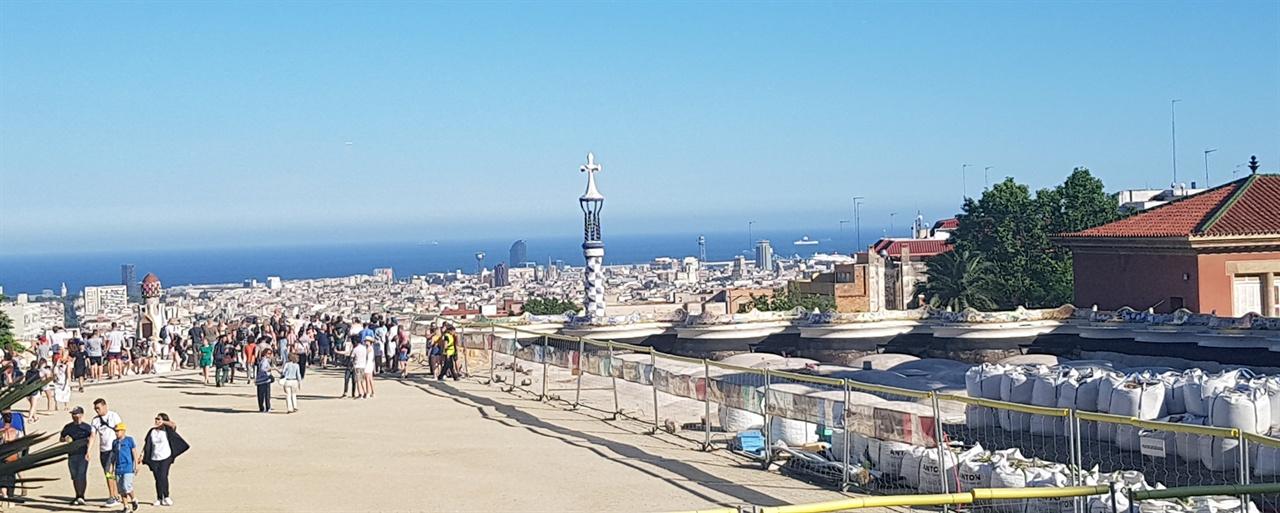 탁 트인 드넓은 구엘공원의 광장. 공사 중으로 어수선하였지만 바르셀로나 시가지가 한눈에 보이고, 지중해의 푸른 바다가 장관입니다.