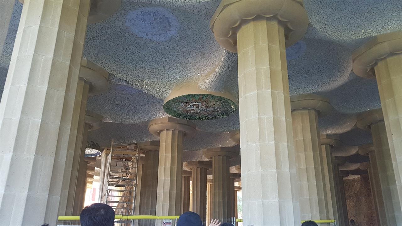콜로네이드 홀에는 거대한 기둥들이 테라스를 바치고, 천장의 웅장한 원형과 태양을 상징하는 것들이 신전처럼 버티고 있습니다.