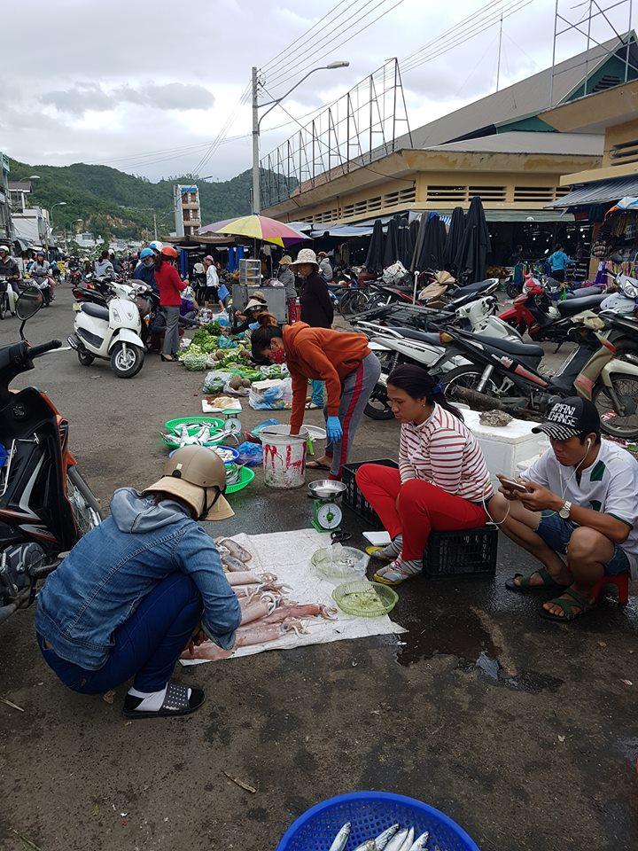 낫짱(나트랑)의 시장 모습. 낫짱은 해안에 형성된 도시라 시장에 가면 갓 잡은 해산물을 많이 볼 수 있습니다.