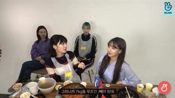 지난 5월 11일 트와이스 멤버 모모는 네이버 'V 라이브' 방송에서 일주일 만에 7kg 감량한 다이어트 경험을 고백했다.