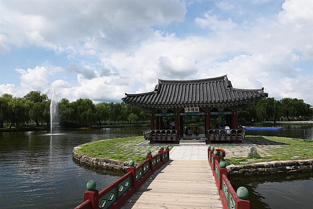 궁남지 포룡정  1971년에 세워진, 연못 속 정자이다. 연못 사방이 모두 조망되어 시원스럽다.