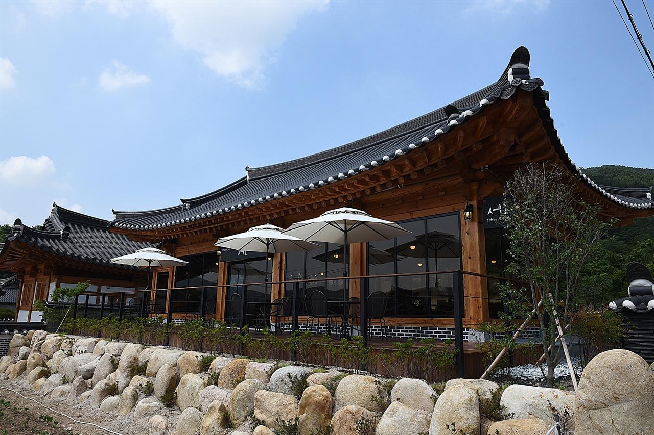 한옥 카페 서오 서출지 바로 앞에 있는 브런치 카페. 서출지 온 김에 잠시 쉬어갈 만하다.